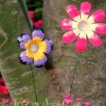 Recicleaza artistic: flori multicolore din sticle de plastic folosite